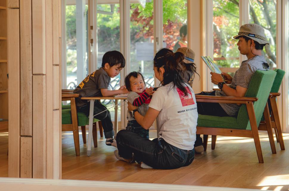 子供たちと一緒になってアウトドアを満喫しています:写真